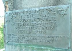 Inschrift auf dem Gedenkstein (Holocaust Atlas)