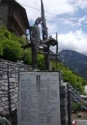 neues Totendenkmal mit Totentafel
