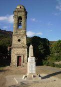Obelisk vor dem Kirchturm
