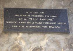 Tafel 'train fantôme' unter Eisenbahnbrücke