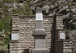 Totendenkmal, Place de la Fontaine