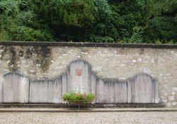Denkmal bei Kirche