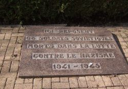 Gedenkplatte vor den Gräbern