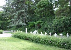 Gräber von 17 Erschossenen auf der anderen Seite des Hügels