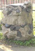 Stein mit Bruchstücken ehemaliger Gräber