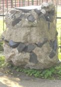 Betonklotz mit Grabsteinresten