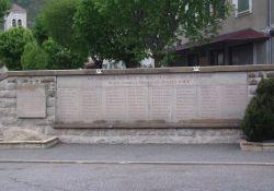 Denkmal mit Namen der ermordeten Einwohner/innen