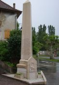 Gedenkstele, kurz vor Izieu