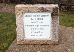Gedenkstein Pater Dubettier; Quelle: Benoît Prieur, Wikim edia, CC BC-SA 4.0  bei Kirche