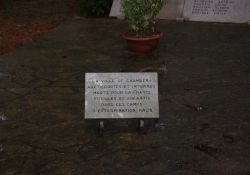 Gedenktafel für Deportierte auf Friedhof