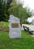 Gedenkstein F. Raymond am See-Ufer