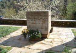 Gedenkstein auf dem Kirchenvorplatz