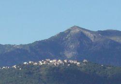 Prunelli, Village von der Ebene aus gesehen