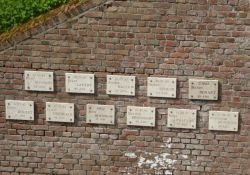 Cour Sacrée, Gedenktafeln an Erschossene