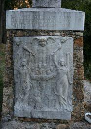 Steinrelief an einem Gedenkstein (Foto: Baldini)
