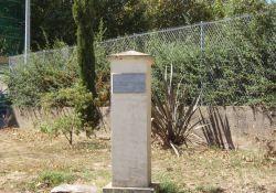 Gedenkstele mit Tafel