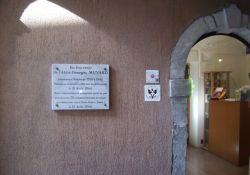 Gedenktafel Abbé Muyard am Museumseingang