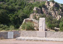 Gedenkstätte am Tunnel mit Tafel und Stele