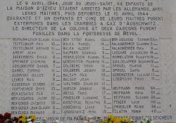 Tafel mit Namen und Alter der ermordeten Kinder und Betreuer am Haus; Quelle: ac grenoble.fr