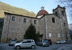 Kirche von Valdicastello mit Gedenktafeln (Fotos: Baldini)