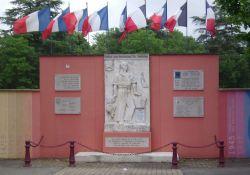 Denkmal in Bourg-de-Péage an Aufbruch hunderter Jugendlicher zum Vercors