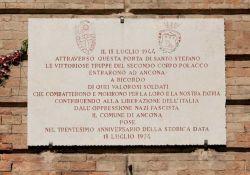 Tafel zum Gedenken an die Befreiung Anconas