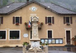 Mairie/Rathaus mit Totendenkmal