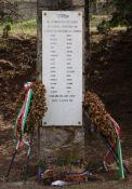 Gedenkstein (von 1994) mit den Namen der 15 Erschossenen