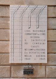 Tafel an der Friedhofsmauer