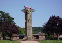 Totendenkmal und Kirche