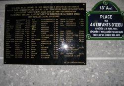 """Gedenktafel am """"Place des 44 enfants d'Izieu"""" in Paris (© ArséniureDeGallium / Wikipedia)"""