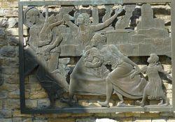 Bronzerelief an der Gedenkmauer