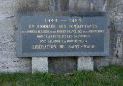 Am Mémorial Cité d'Alet : Gedenktafel für die Alliierten und FFI, die für die Befreiung von St-Malo kämpften