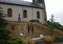 Denkmal vor der Kirche