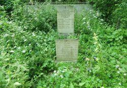 Gedenksteine im Wäldchen von Frassenè