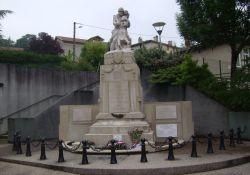 Totendenkmal nahe Kirche