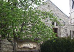 Kirche mit Skupltur 'Le Gisant'