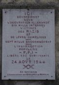 Gedenktafel neben Tor der Gedenkstätte