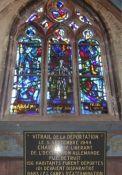 Kirchenfenster und Gedenktafel (© Martine Mangeolle, GenWeb)