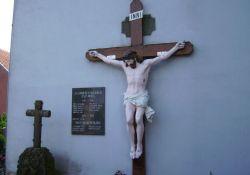 Gedenkkreuz an der Kirche
