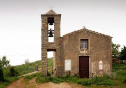 Kirche und Gedenktafel (© Pierre Bona, wikimedia)