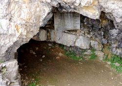 Gedenktafel in der Höhle; © Gaby Vitinger, genweb