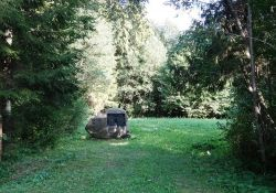 Gedenkstein im Wald von Gubernija