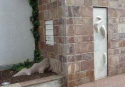 Ecke mit Mauerresten und Denkzeichen
