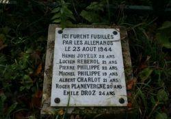 Denkmal und Gedenktafel im Wald (© Ville de Combles)