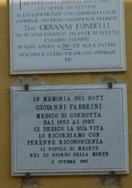 Tafeln an der Außenmauer der Kirche