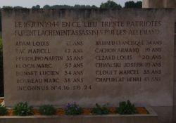 eine der Tafeln mit Namen und Alter der Opfer